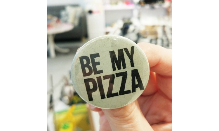 "Rinnamärk ""Be my pizza"""